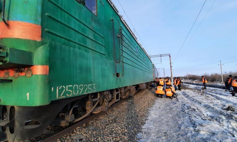 В понедельник, 22 марта, рано утром в Челябинской области грузовой поезд сошел с рельсов. По данн