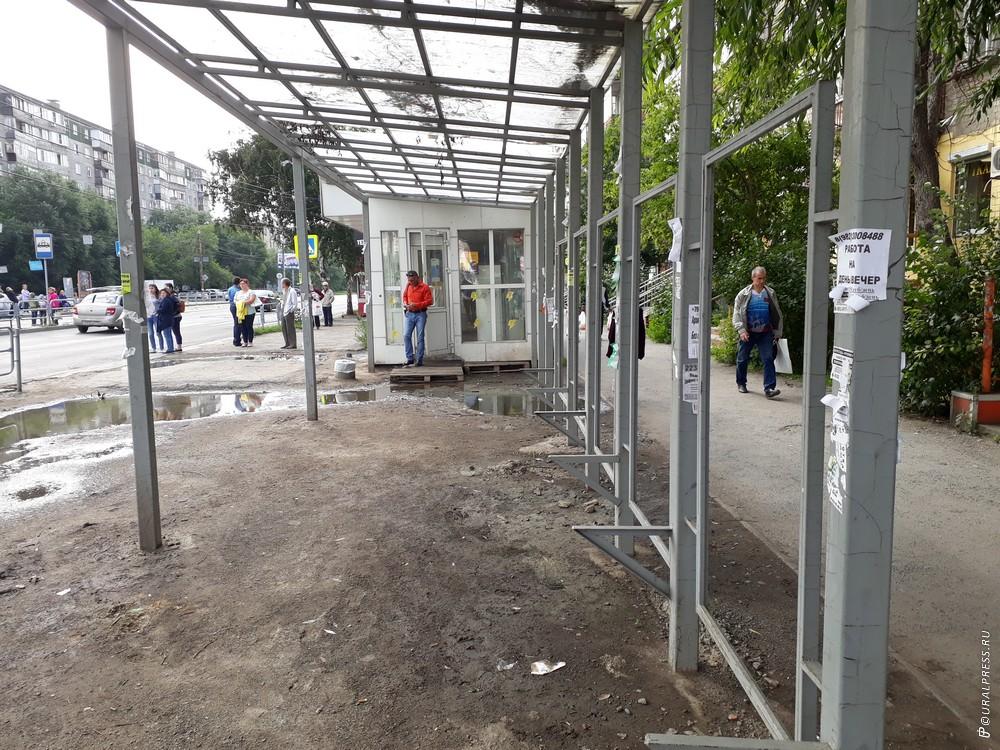 Жители Челябинска в районе улицы 5 Декабря уже несколько месяцев жалуются на то, что их остановка
