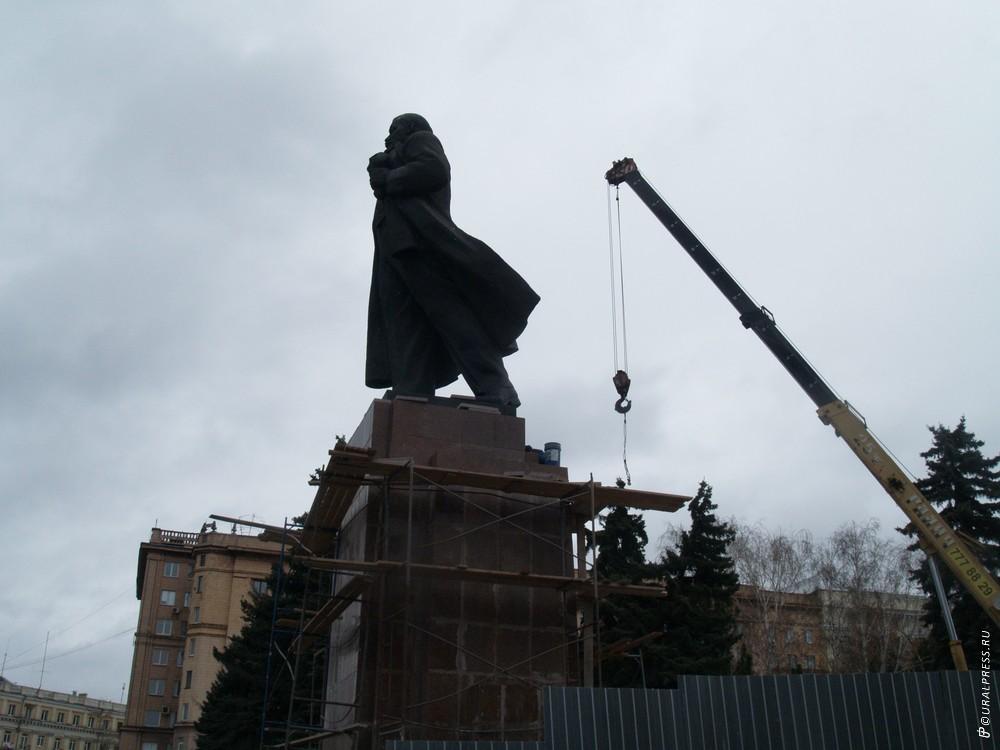 В Челябинскена площади Революции идут к завершению работы по реконструкции памятника вождю миров