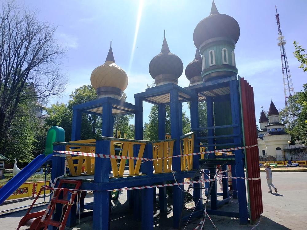 Жителей Челябинска заинтересовала необычная горка, появившаяся в центре южноуральской столицы, а