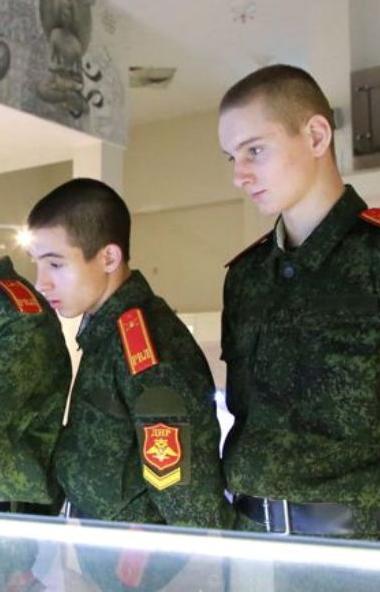 В Челябинск приехали воспитанники Донецкого военного лицея. Росгвардейцы провели экскурсию по под