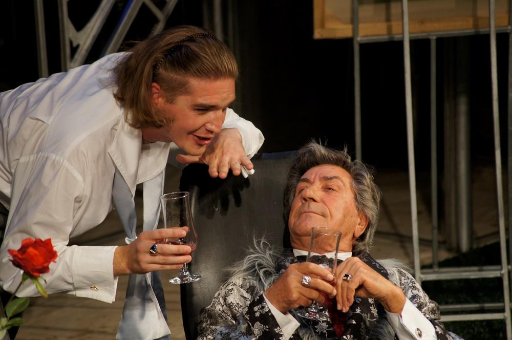 За столь короткий срок челябинские актёры сыграли на двух сценических площадках Свердловского ака