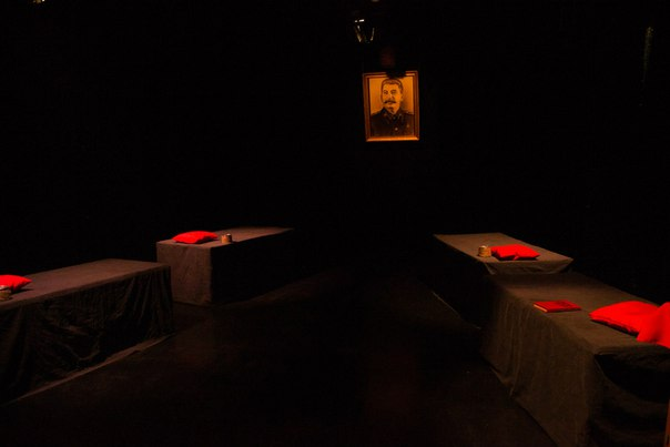 Спектакль поставлен по пьесе современного драматурга Тараса Дрозда «Это, девушки, война». Но режи