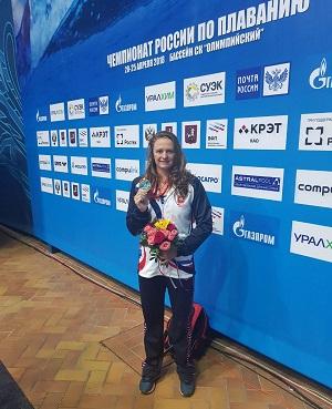 Спортсменка из Челябинска выиграла чемпионат России по плаванию. Виталина Симонова не только подн