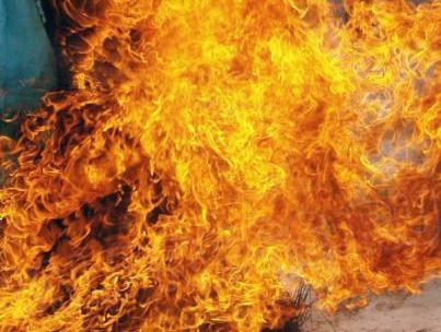 В Копейске (Челябинская область)жилой дом загорелся после удара молнии. Пожар огнеборцы тушили п