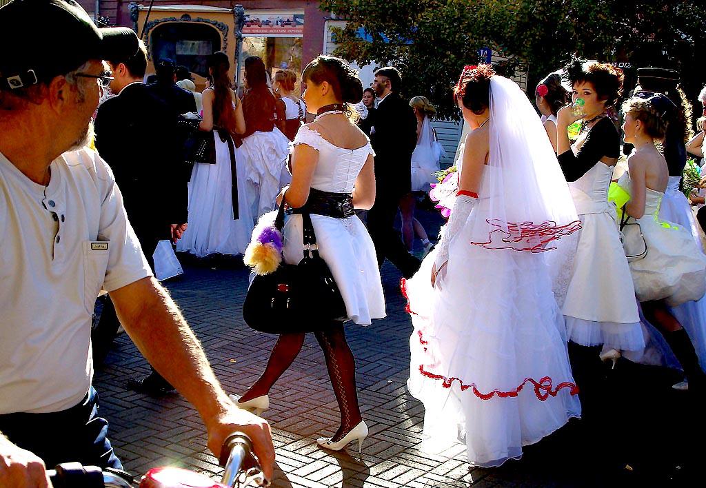 В экспозиции подвенечные платья XX века, наряды советских невест и современные модели, национальн