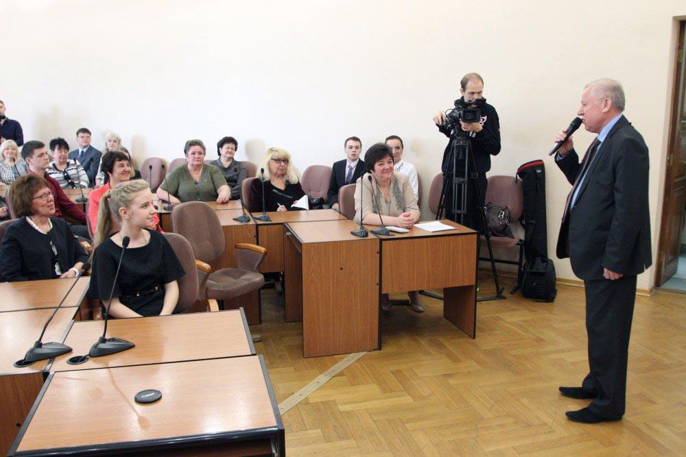 Сертификаты на пять тысяч рублей и благодарственные письма им и их наставникам вручил глава админ