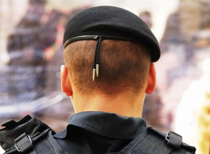 Причину задержания правоохранители не уточняют, по одной из версий, причиной задержания стала взя