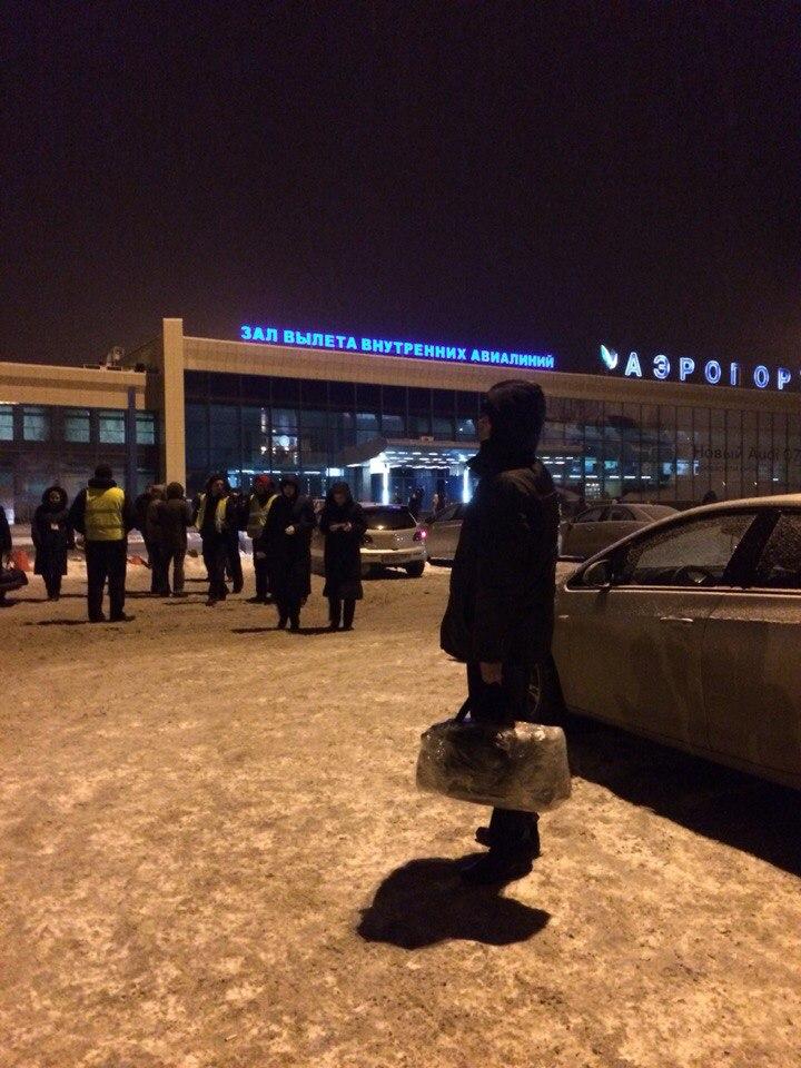 Как сообщил агентству очевидец, эвакуацию проводили сотрудники аэропорта с собаками. В настоящий