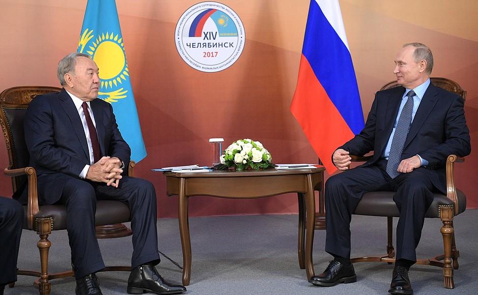 В начале встречи глава российского государства поприветствовал своего казахстанского коллегу. «