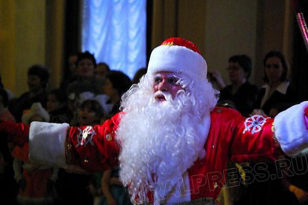 Сотрудники центра «Здоровье» и студенты-волонтеры проводят акцию «Новогодние визиты Деда Мороза».