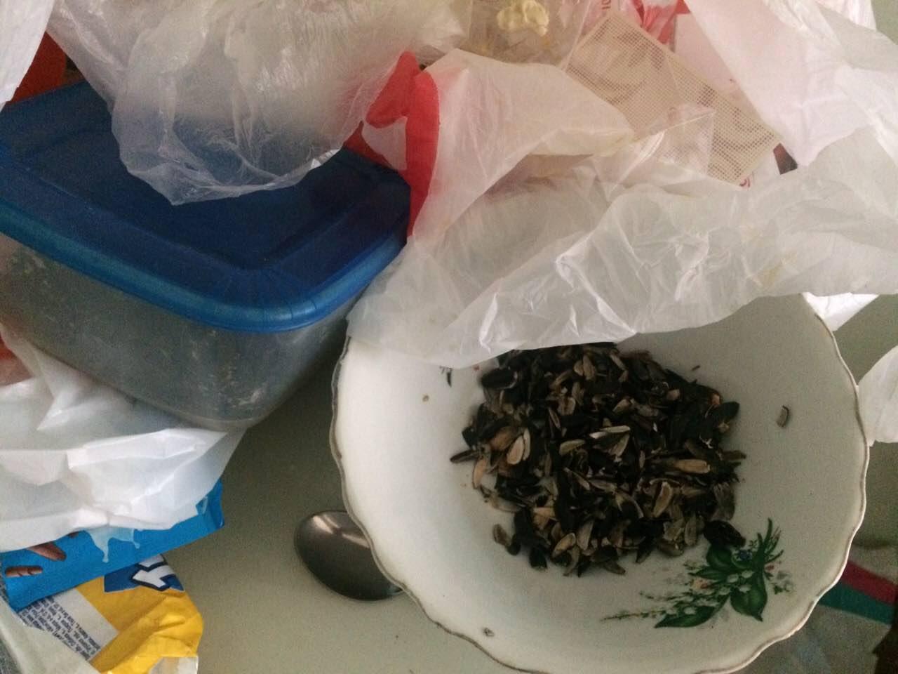Первая фотография в соцсетях появилась 26 июля, где в супе, которым кормят пациентов, плавает чер