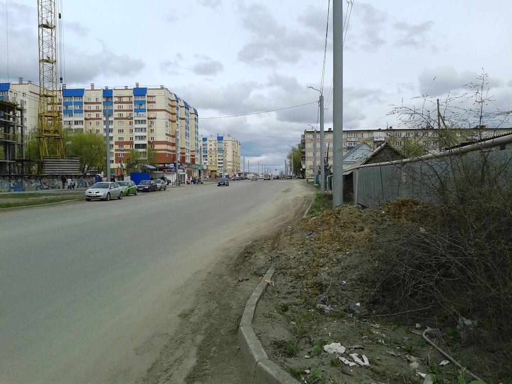 Тротуара нет на протяжении всего частного сектора по улице Зальцмана и Ферганской. Местные жители