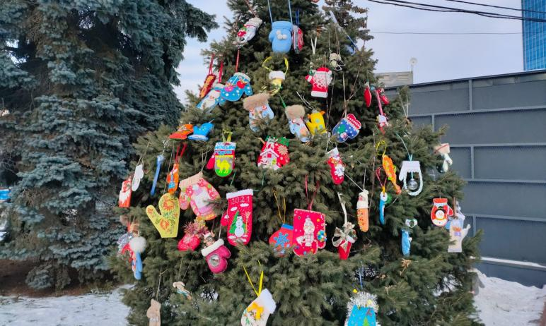 В Челябинске появилась ёлка с волшебными варежками. Новогодними игрушками, созданными руками жите