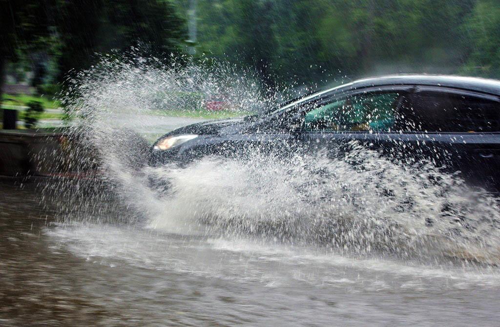 Из-за дождя, который обрушился на Челябинск вечером 29 июля, в Челябинске затопило улицы и дороги
