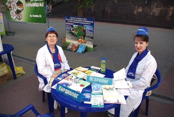 В Челябинске на площади Революции продолжает свою работу территория здоровья. С десяти утра до дв