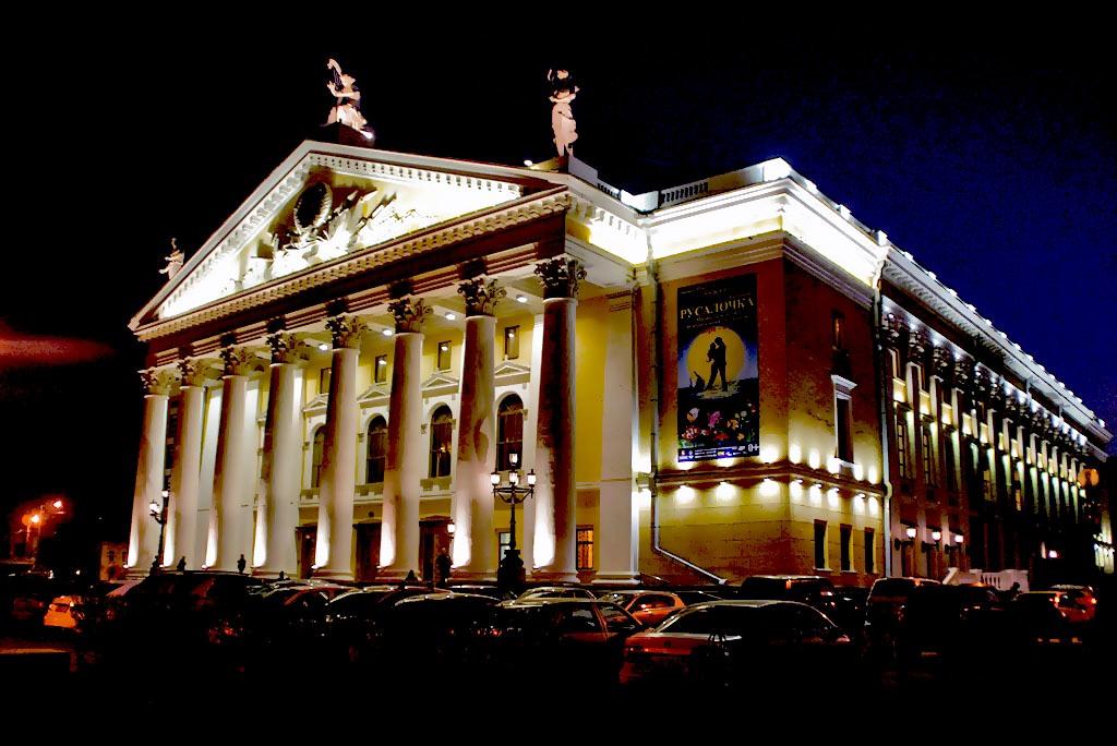 Первый спектакль в театре состоялся 29 сентября 1956 года. С того момента и ведется отсчет театра