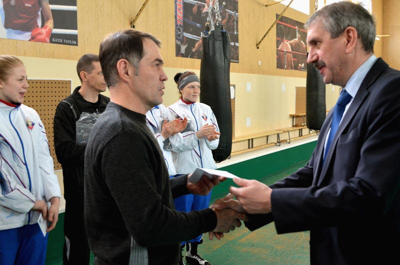 Леонид Одер вручил ценные подарки спортсменкам, а также их наставникам
