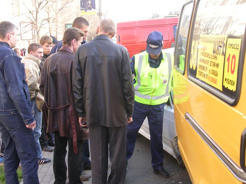 В результате столкновения два пассажира «маршрутки» получили ушибы. В девять часов 50 мину