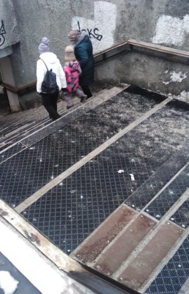 Подземные переходы в центре Челябинска оснастили дополнительными противоскользящими элементами по