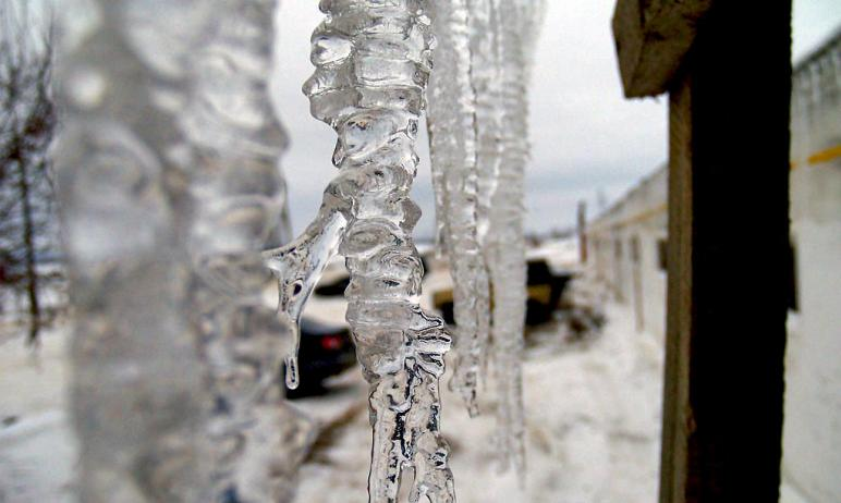В Челябинске управляющие компании очищают кровли, козырьки домов и балконов от сосулек и наледи.