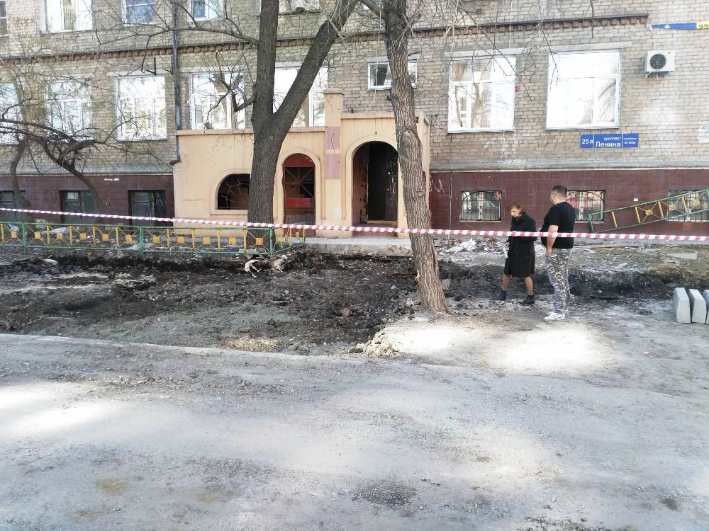 Жители дома на проспекте Ленина 25, «а» три дня наблюдали, как под их окнами появляются асфальтир