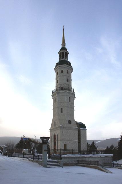 Многоярусная 53-метровая башня под куполом со шпилем, стилизованная в
