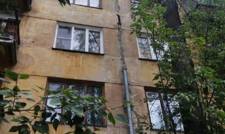 Разрушающееся здание на улице Российской в Челябинске может стать причиной аварии на трамвайных с