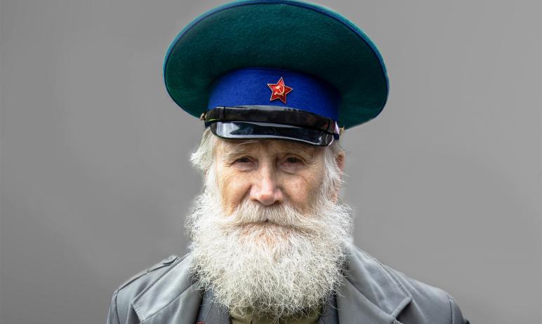 Фронтовика из Екатеринбурга Михаила Миронова с днем рождения поздравили начальник пограничного уп