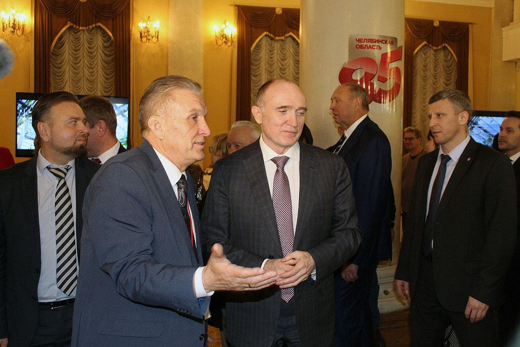 Главный врач онкодиспансера Андрей Важенин продемонстрировал главе региона, как работает кибернож