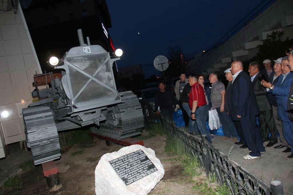 Памятник легендарному челябинскому трактору «Сталинец - 60» установлен в Якутске. Благодаря ему в