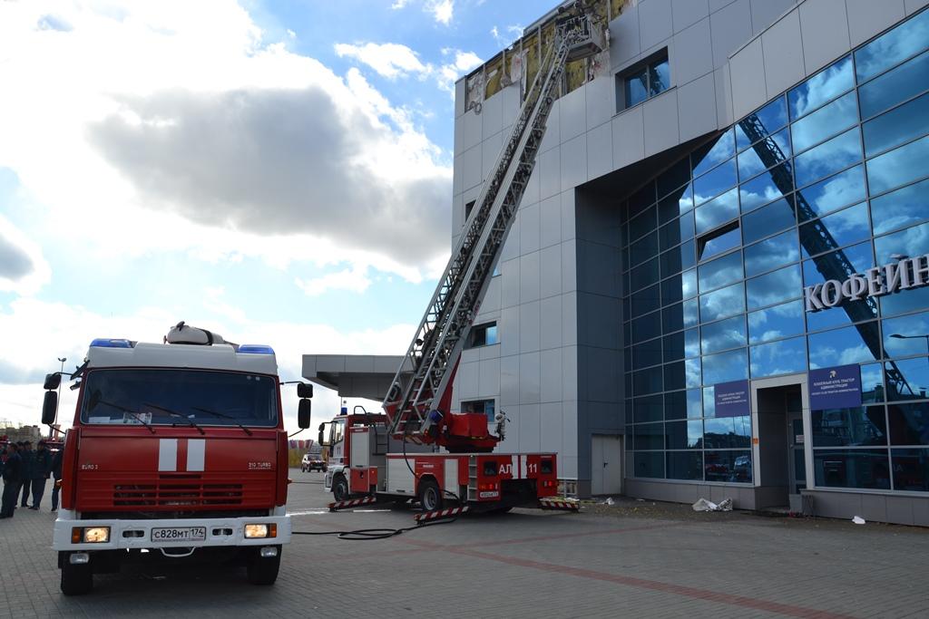По прибытию первого пожарного подразделения ПЧ-11 было обнаружено горение вентилируемого фасада н