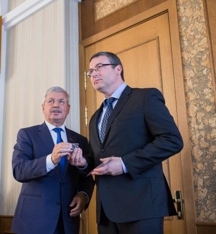 Мандат депутата был вручен Горбунову сегодня, 22 октября, на втором заседании регионального собра