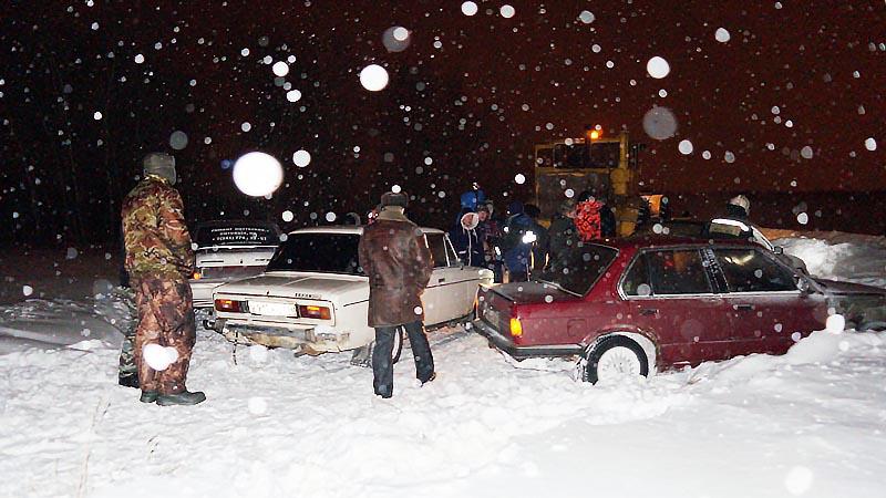 Из-за непогоды дорогу к озеру занесло снегом и выехавшие с утра порыбачить люди не