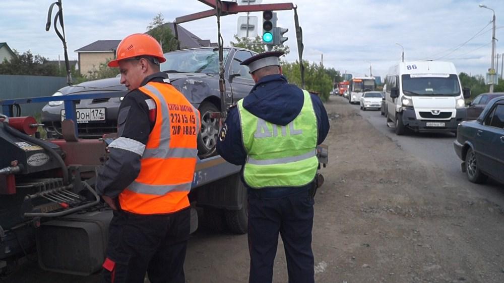Трагическое ДТП произошло в 3 часа ночи напротив дома №1 по Копейскому шоссе. Автомобиль сбил жен