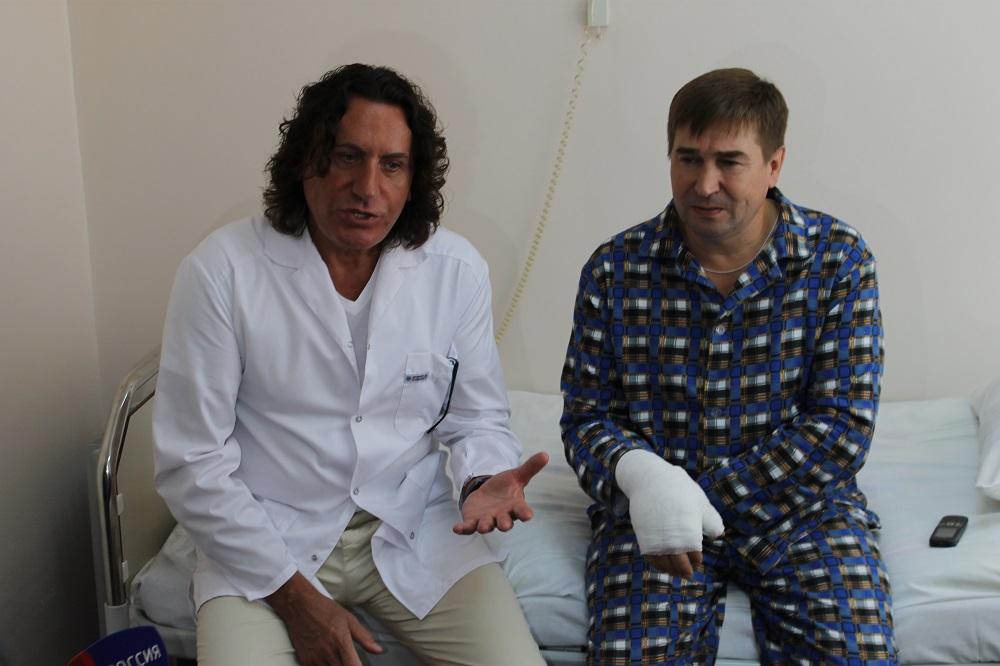 48-летний Сергей в воскресенье решил поменять в бане пол. Когда строгал доски, рука случайно попа