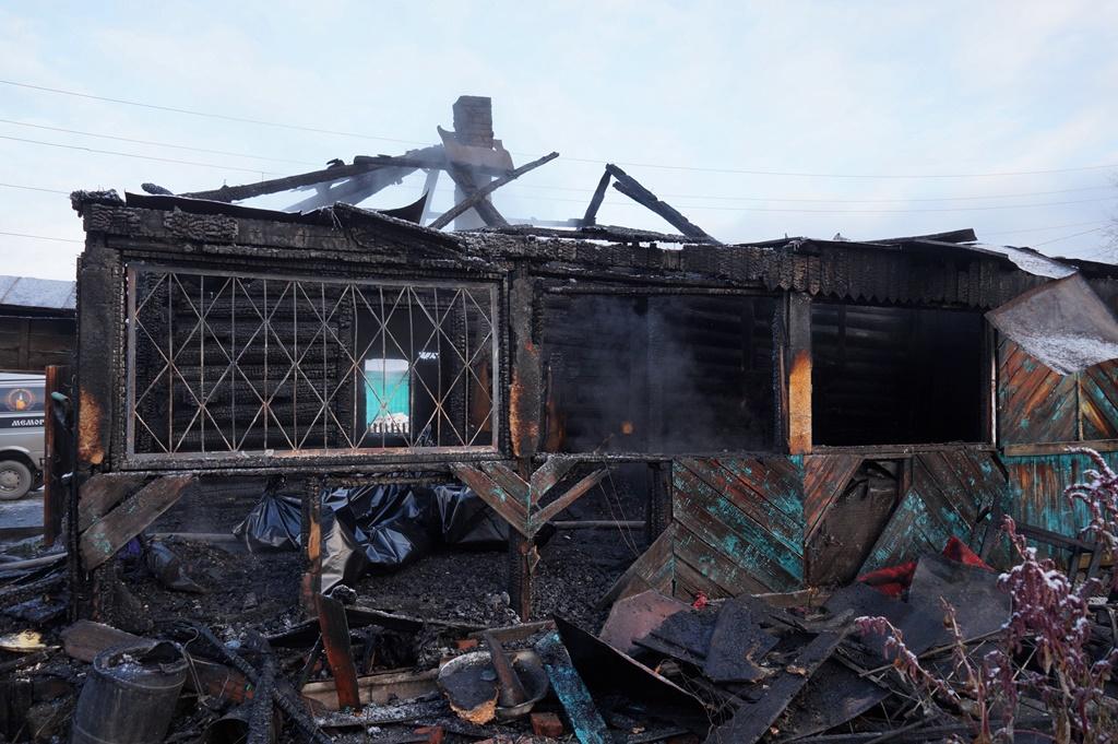 Возгорание произошло в доме по переулку Трудовой. О полыхающем доме огнеборцам соо