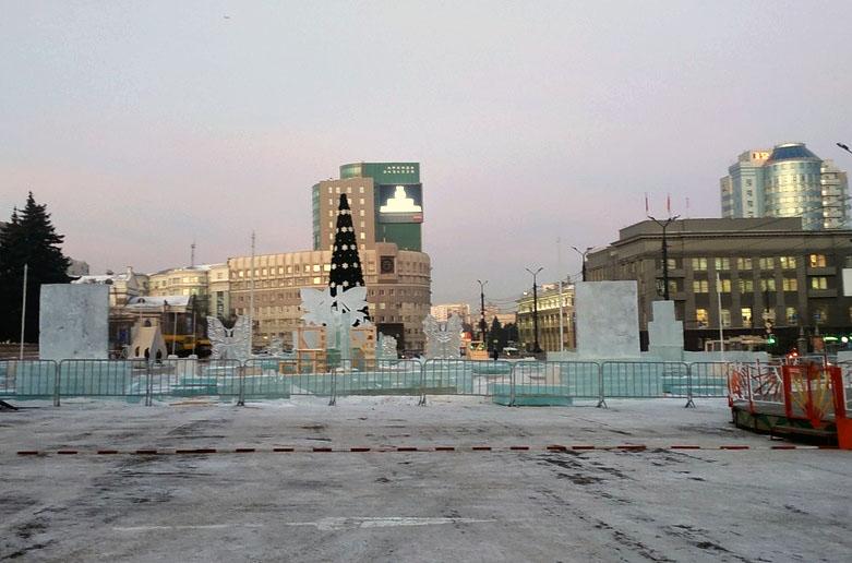 В Челябинске началось возведение главного новогоднего городка. Так, на площади Революции уже уста