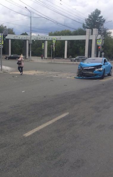 В Челябинске автоледи попала в аварию в центре города. Четыре человека получили травмы различной
