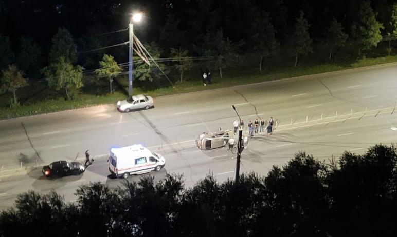 В Челябинске водитель иномарки не справился с управлением и врезался в тросовое ограждение. После