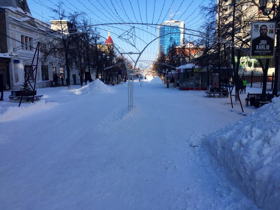 В Челябинске начался демонтаж гигантской новогодней конструкции на Кировке, которая до сих пор «у
