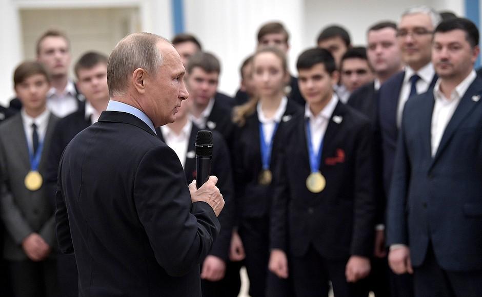 Разговор состоялся в ходе торжественного приема в Кремле, где глава государства поздравлял участн