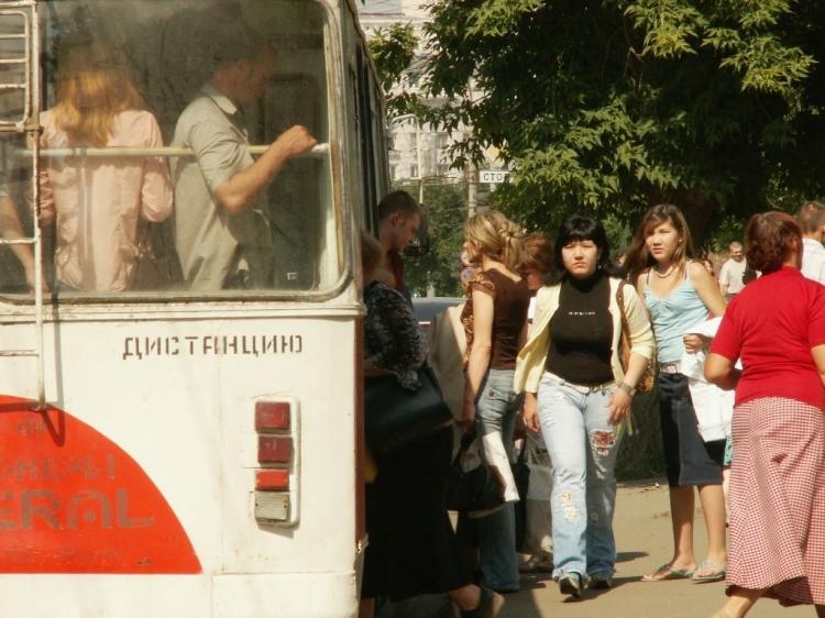 Сергей Давыдов проехал несколько остановок в троллейбусе № 19. Билет нового образца ему выдала к