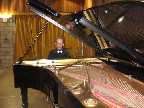 Это первый и пока единственный итальянский концертный рояль в Челябинс