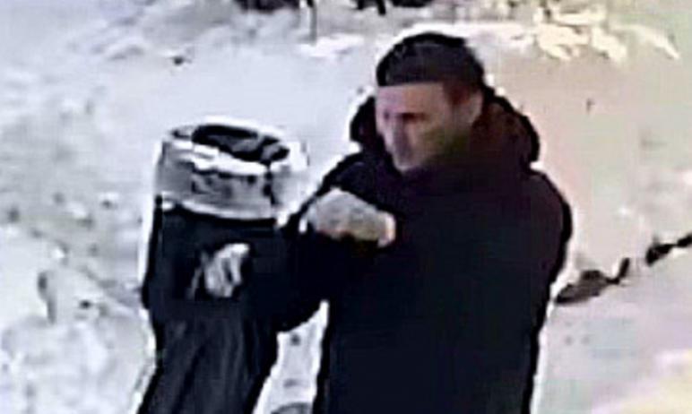 В сети появилось видео мужчины, возможно причастного к убийству хозяина магазина игрушек, которое
