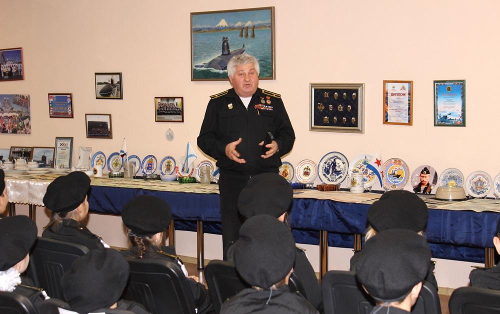 На выставке присутствовали ветераны ВМФ, ученики кадетских классов, а также филателисты и филок