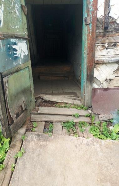 Жильцы двух рассыпающихся домов в городе Юрюзань Челябинской области должны в обязательном порядк