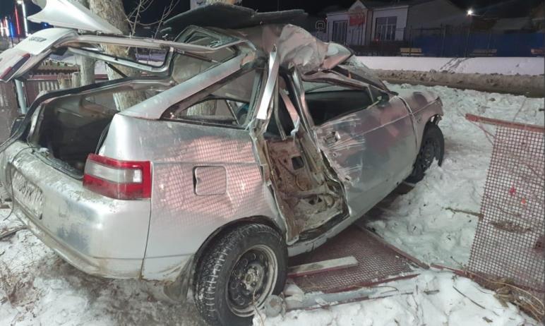 В Сатке Челябинской области водитель автомобиля ВАЗ-21121 врезался в опору линии электропередачи.