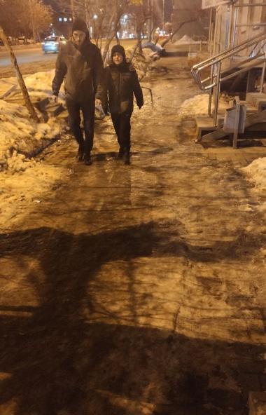 Заместитель главы Челябинска по городскому хозяйству Александр Егоров, прогулявшись по местным ул