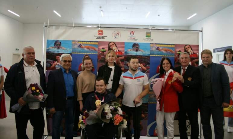 В международном аэропорту имени Курчатова встретили паралимпийского чемпиона Дмитрия Черняева и б